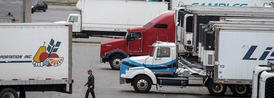 Camions qui attendent à la frontière