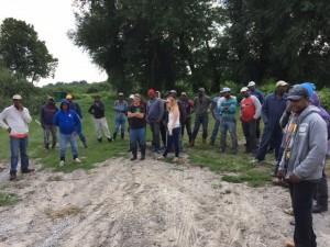 Des travailleurs saisonniers de la Jamaïque reviennent aux mêmes fermes canadiennes chaque année. Cette année, un Canadien malentendant, mais désireux de travailler avec ardeur s'est également joint à Lingwood Farm. Photo : Janet Krayden (CCRHA)