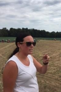 Ancienne professeure d'école, maintenant agriculteur, Jacklynn Ryder explique le processus de récolte des oignons verts.  Photo : Rebecca Lee (CCH)