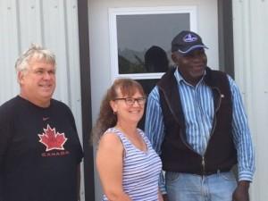 La famille Magalas avec Willie, un employé du PTAS qui travaille sur cette ferme comme employé saisonnier depuis 49 ans.