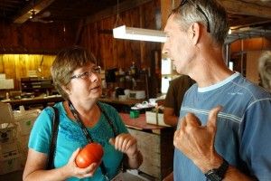 A tour participant discusses pesticide use and food loss with Calvin Dentz. Photo: D. Folkerson (CHC)