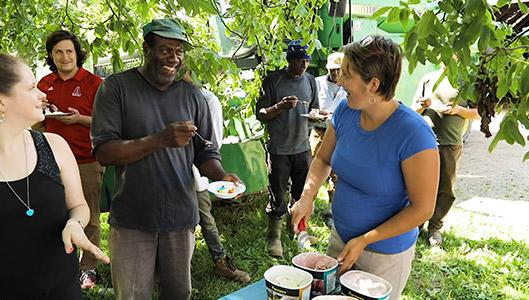 Travailleur agricole international et son employeur parlent de leur importance mutuelle